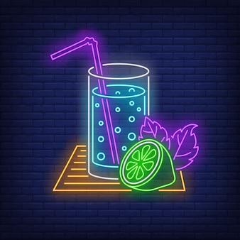 Bicchiere di limonata con insegna al neon di paglia e lime