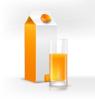 Bicchiere di succo d'arancia fresco e pacchetto pulito per succo su sfondo chiaro.