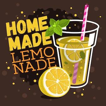 Bicchiere pieno di limonata fatta in casa con un ramo di menta,