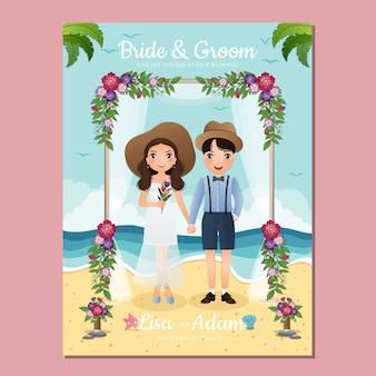 Bide e sposo simpatico cartone animato di coppia sotto l'arco decorato con fiori sulla spiaggia di sabbia. carta di invito matrimonio romantico