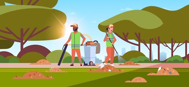 Bidelli coppia raccolta spazzatura uomo usando l'aspirapolvere