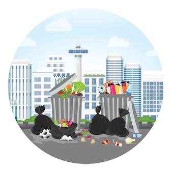 Bidone della spazzatura di plastica pieno di spazzatura traboccante.