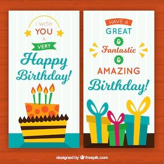 Biglietti di auguri sveglio con la torta di compleanno e regali