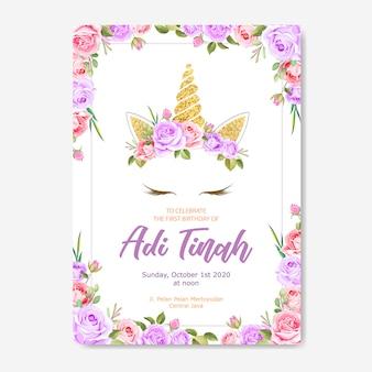 Biglietto d'invito unicorno con ghirlanda floreale e glitter oro