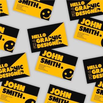 Biglietto da visita graphic designer in nero e arancione con faccina sorridente