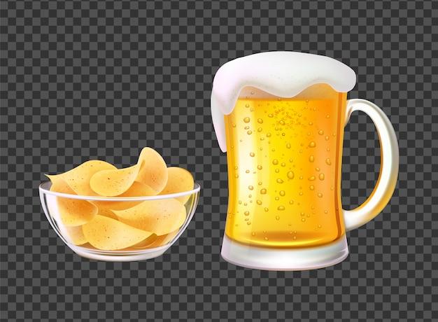 Birra in tazza con schiuma e patatine in ciotola per snack