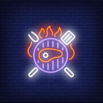 Bistecca di manzo sulla insegna al neon grill barbecue