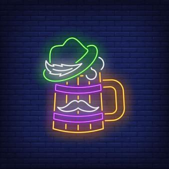 Boccale di birra con insegna al neon cappello e baffi.
