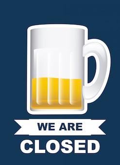 Boccale di birra sul blu, siamo aperti