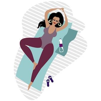 Body-positive plus size ragazza carina sulla stuoia di yoga.