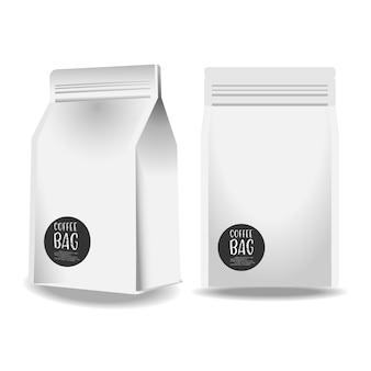 Borsa di caffè di carta in bianco realistica isolata su fondo bianco