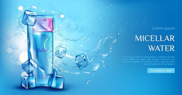 Bottiglia cosmetica dell'acqua micellare con cubetti di ghiaccio, spruzzi di acqua sul blu