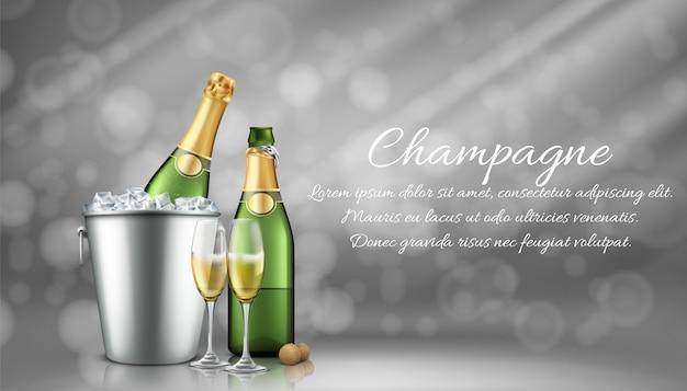 Bottiglia di champagne nel secchiello del ghiaccio e due bicchieri pieni su sfondo grigio sfocato con raggi di sole.