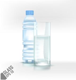 Bottiglia di plastica e bicchiere di acqua fresca fresca