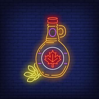 Bottiglia di sciroppo d'acero con insegna al neon foglia