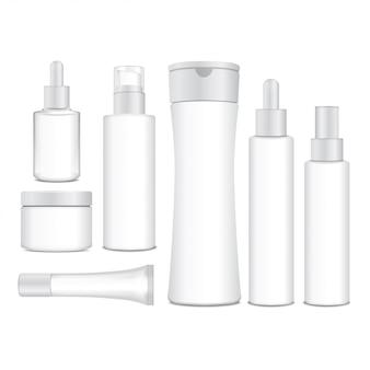 Bottiglie bianche cosmetiche realistiche. contenitori, provette, bustina per crema, balsamo, lozione, gel, shampoo, crema per fondotinta. illustrazione