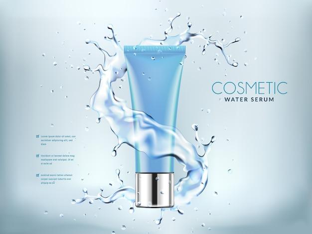 Bottiglie cosmetiche blu con spruzzi d'acqua.