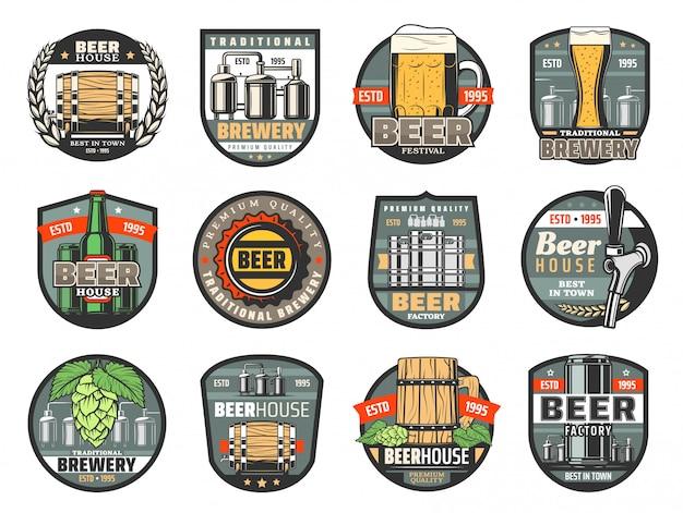 Bottiglie di birra, bicchieri e botti. birrificio o pub