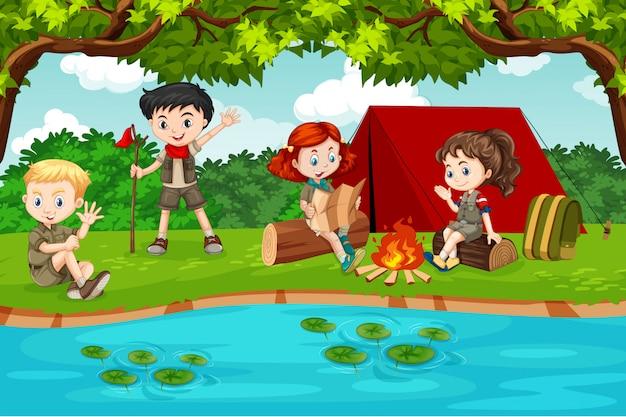Boy e girl scout in campeggio in natura