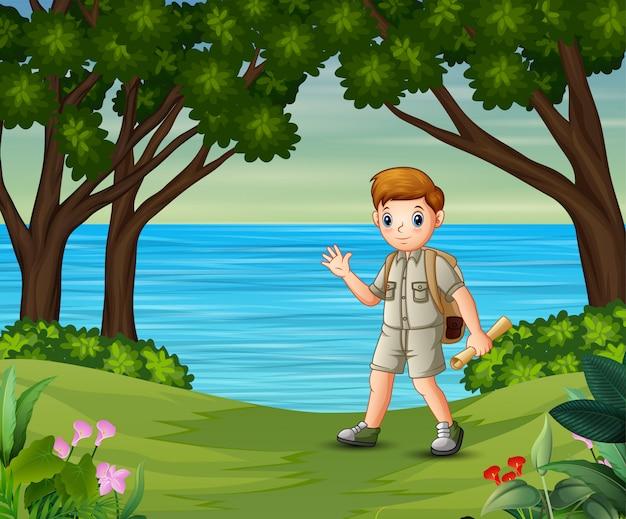 Boy scout con zaino escursioni sulla foresta
