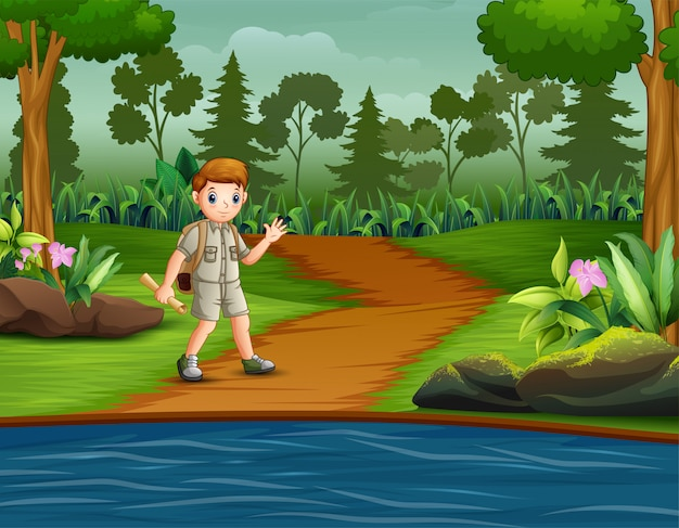 Boy scout con zaino escursioni sulla pista forestale di abeti