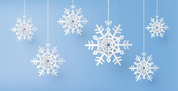 Buon natale e stagione invernale con fiocchi di neve tagliati di carta,