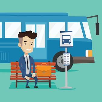 Bus aspettante dell'uomo d'affari alla fermata dell'autobus.
