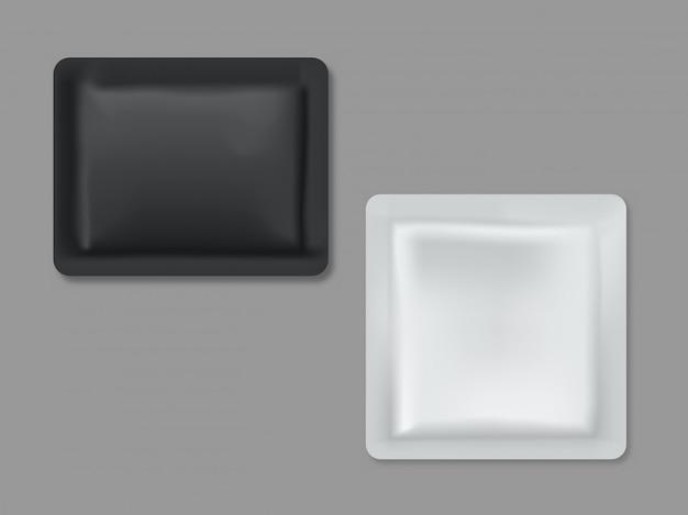 Bustine di polietilene bianco foglio bianco per salviettine umidificate, salsa o condimenti, campioni di shampoo isolati, set di illustrazione vettoriale realistico 3d. modello di imballaggio per alimenti, cosmetici