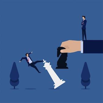 Caduta del responsabile di concetto di vettore piano di affari dal pezzo del re con la metafora del cavaliere nero di strategia.