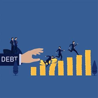 Caduta dell'uomo d'affari dalla pila delle monete mentre altra che corre dal debito.
