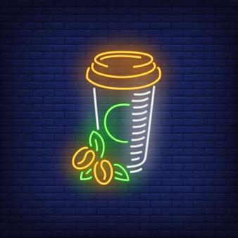 Caffè da asporto nell'insegna al neon della tazza di plastica