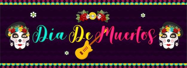 Calligrafia colorata di dia de muertos con teschi di zucchero o calaveras e chitarra su strisce viola ondulate. intestazione o banner.