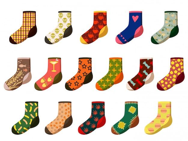 Calzini del fumetto. diversi piedi in lana, tessuto e cotone si indossano con motivi e texture natalizi. fascio dell'abbigliamento dei calzini isolato. illustrazione dell'elemento dell'indumento dell'abbigliamento di inverno di vettore.