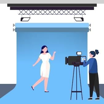 Camerawoman che lavora con il modello in studio