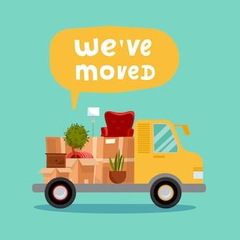 Camion con carrozzeria aperta e oggetti domestici all'interno. scatole di cartone in furgone. trasloco. bolla con scritte ci siamo trasferiti.