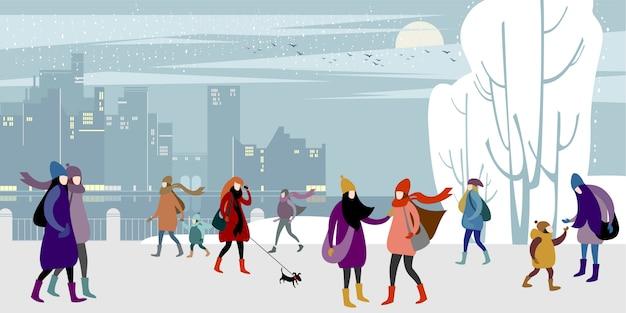 Cammina nella banchina della città invernale.