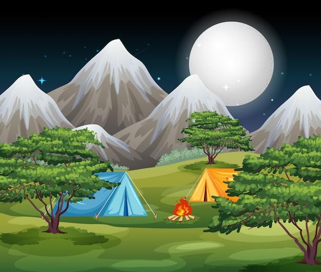 Campeggio nella scena della natura