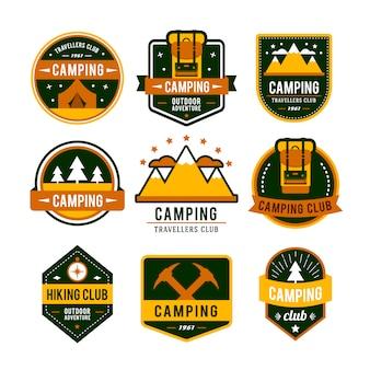 Campeggio set piatto con attrezzature da trekking e icone di cottura all'aperto