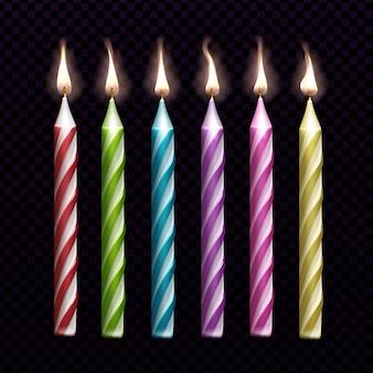 Candele brucianti per l'insieme della torta di compleanno isolato