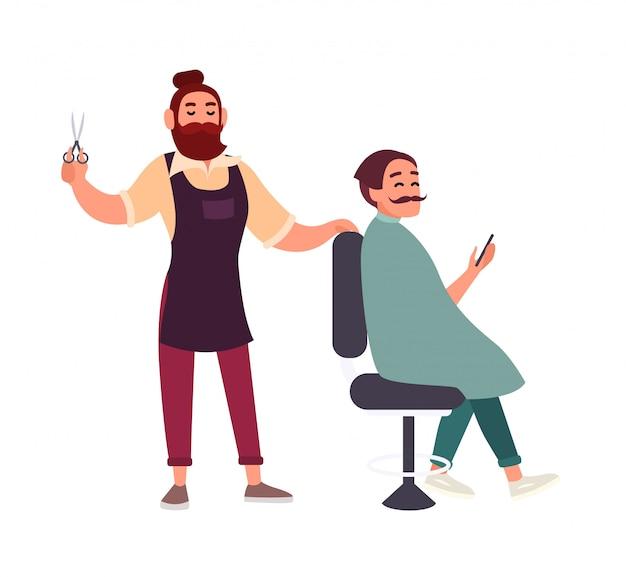 Capelli maschii barbuti svegli di taglio del parrucchiere del suo cliente che si siede nella sedia e che tiene smartphone sul fondo bianco.