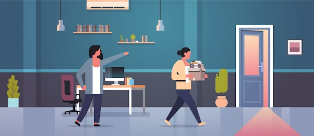 Capo femminile respinge il dito puntato alla porta licenziato donna dipendente con scatola di documenti cartacei licenziamento disoccupazione concetto moderno appartamento interno piatto