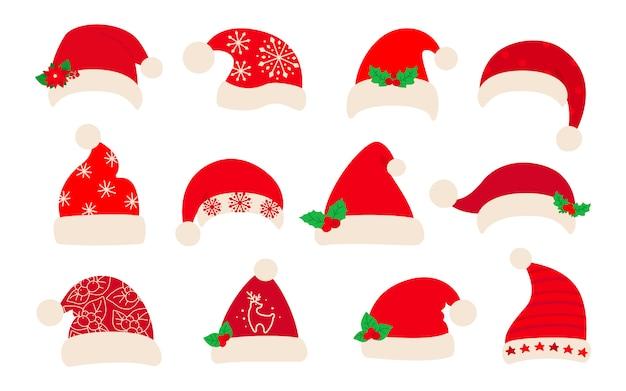 Cappello di babbo natale, set piatto natalizio. cappelli di natale rosso di babbo natale, agrifoglio decorato e motivi. collezione di simpatici tappi tradizionali di vacanza del fumetto di nuovo anno. isolato su bianco illustrazione