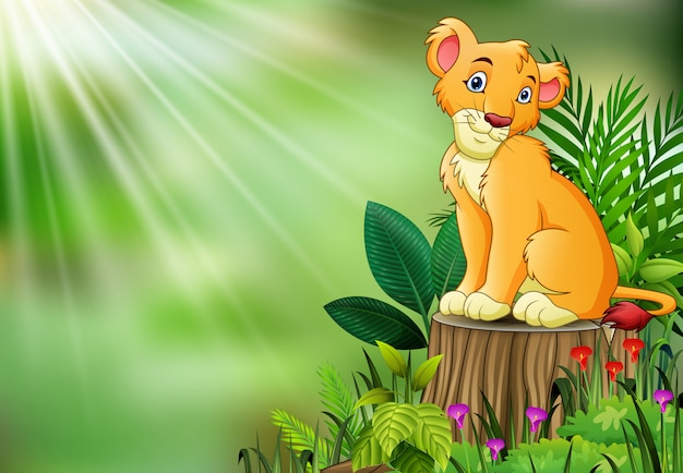Carino un leone seduto sul ceppo di albero con foglie verdi e piante da fiore