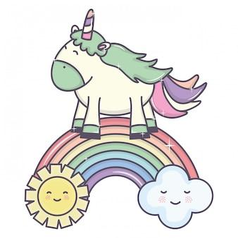 Carino unicorno in arcobaleno con nuvole e caratteri sole kawaii