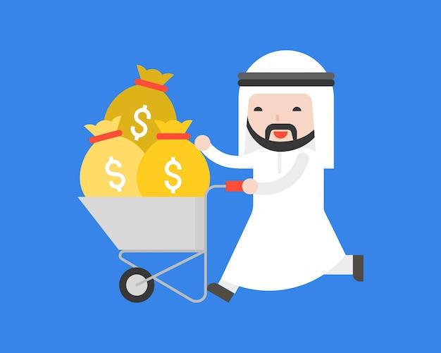 Carrello di spingere uomo d'affari arabo con sacchetto di denaro