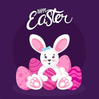 Carta di pasqua felice con il coniglietto sveglio che tiene le uova stampate sulla porpora