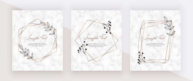 Carte di marmo di invito di nozze con cornici di linee poligonali geometriche dorate e foglie nere.