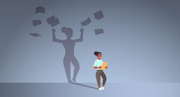 Cartella della tenuta della donna di affari dell'afroamericano