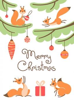Cartolina d'auguri di buon natale con simpatici scoiattoli con regalo sugli alberi.