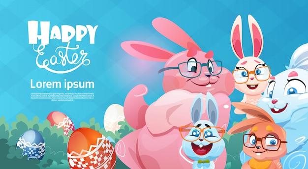 Cartolina d'auguri di simboli di festa di pasqua delle uova variopinte decorate coniglio